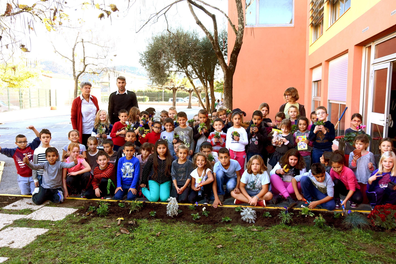 Au muy les enfants fleurissent leurs cours de r cr ation for Le jardin le muy